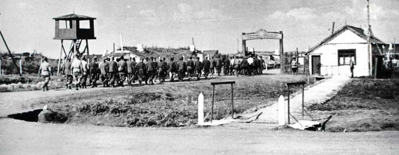 Немецкие военнопленные во время возвращения с работ в лагере №68. Челябинск, 1944 г.