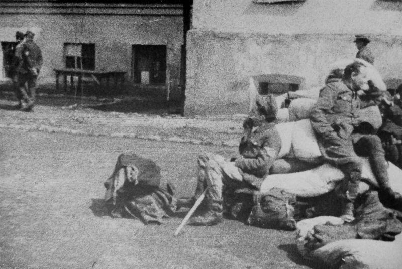 Немецкие военнопленные сидят на тюфяках, набитых соломой, на территории лагеря НКВД №97 в Елабуге. 1944 г.