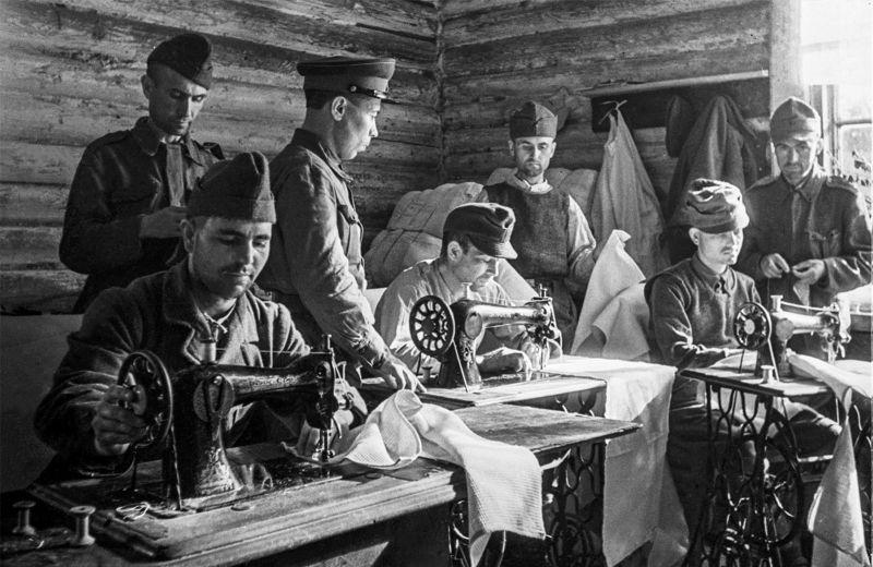 Румынские и немецкие военнопленные в швейном цехе советского лагеря для военнопленных. 1944 г.