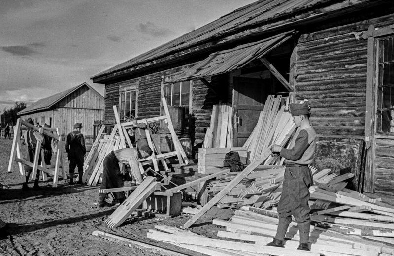 Румынские солдаты работают в столярной мастерской по производству оконных рам в советском лагере для военнопленных. 1944 г.