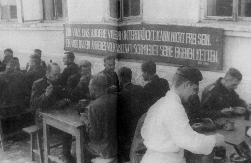 Немецкие пленные офицеры за приемом пищи в лагере для военнопленных №99 в селе Спасск Абайского района Карагандинской области. 1944 г.