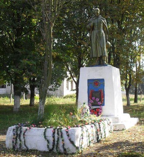 с. Усок Ямпольского р-на. Памятник, установленный в 1957 году на братской могиле, в которой похоронено 4 советских воина, погибших в сентябре 1943 года.