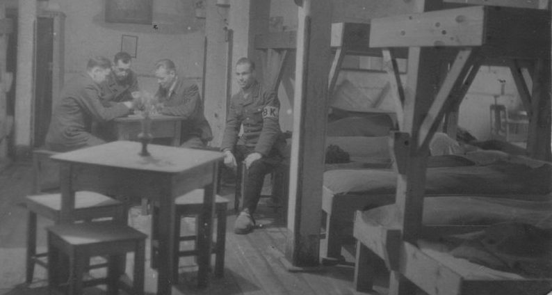 Немецкие пленные лагеря №207 Молотовской области играют в шахматы. 1944 г.