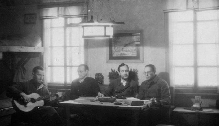 Немецкие пленные лагеря №207 Молотовской области на отдыхе в культкомнате. 1944 г.