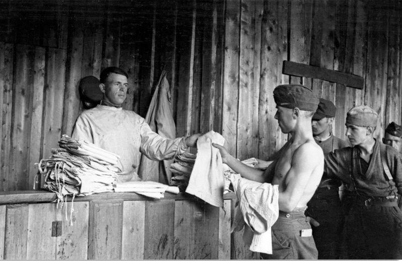 Работник советского лагеря для военнопленных выдает белье солдатам Вермахта. 1944 г.