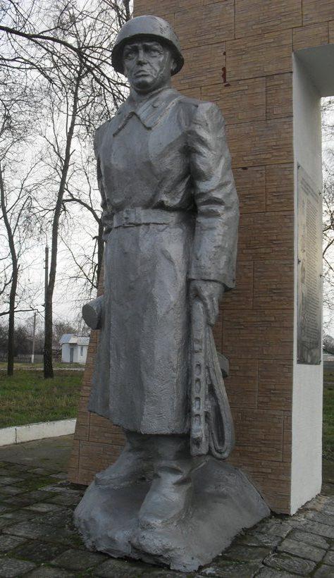 Скульптура солдата.
