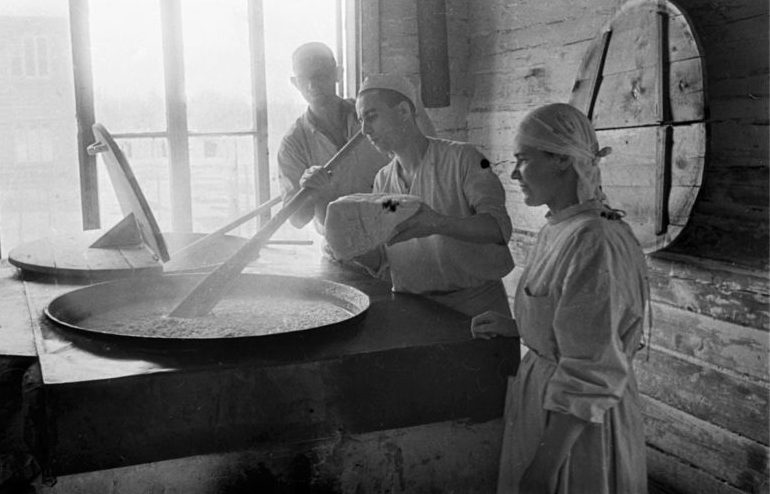 Приготовление пищи в пищеблоке советского лагеря для военнопленных.1944 г.
