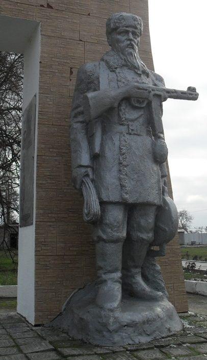 Скульптура партизана.