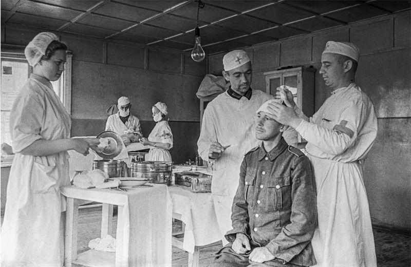 Оказание медицинской помощи солдату Вермахта в советском лагере для военнопленных. 1944 г.