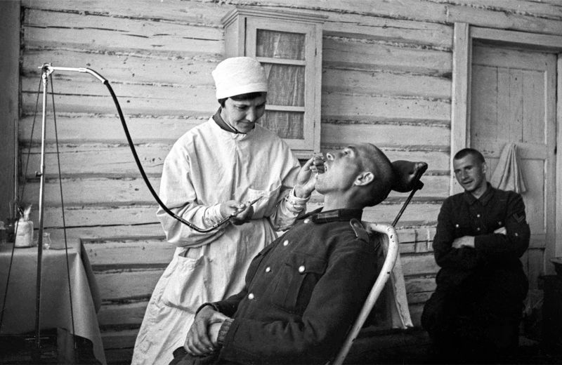 В стоматологическом кабинете советского лагеря для военнопленных. 1944 г.