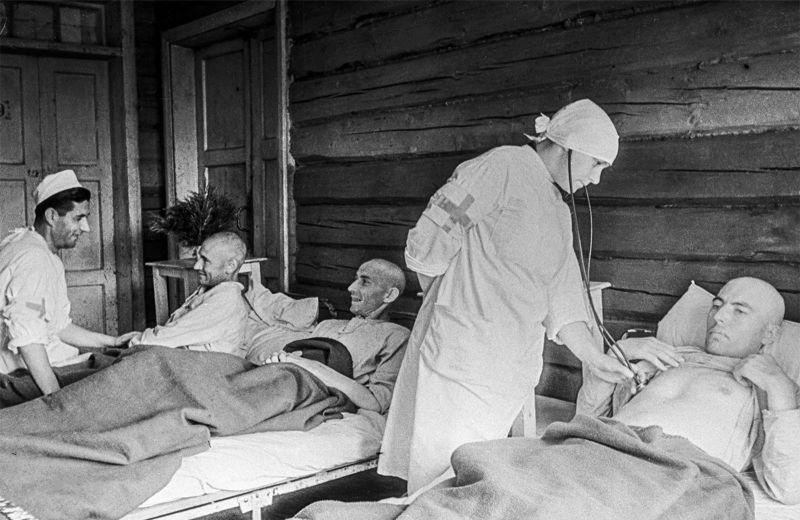 Медицинский осмотр военнослужащих Вермахта в лазарете советского лагеря для военнопленных. 1944 г.