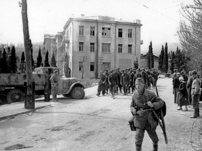 Группа пленных румынских солдат в Алуште. 1944 г.