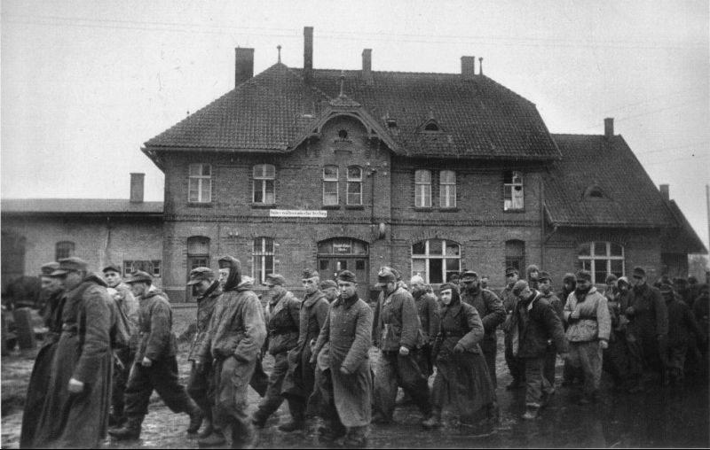 Немецкие военнопленные, захваченные в полосе наступления 3-го Белорусского фронта, в городе Ландсберг 1944 г.