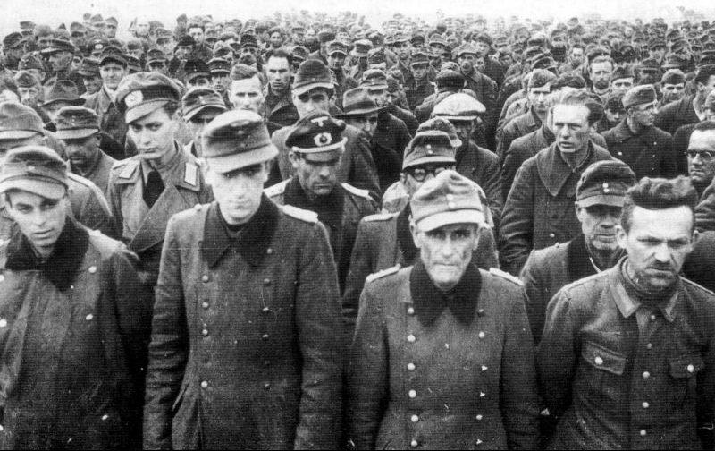Немецкие военнопленные на сборном пункте. 1944 г.