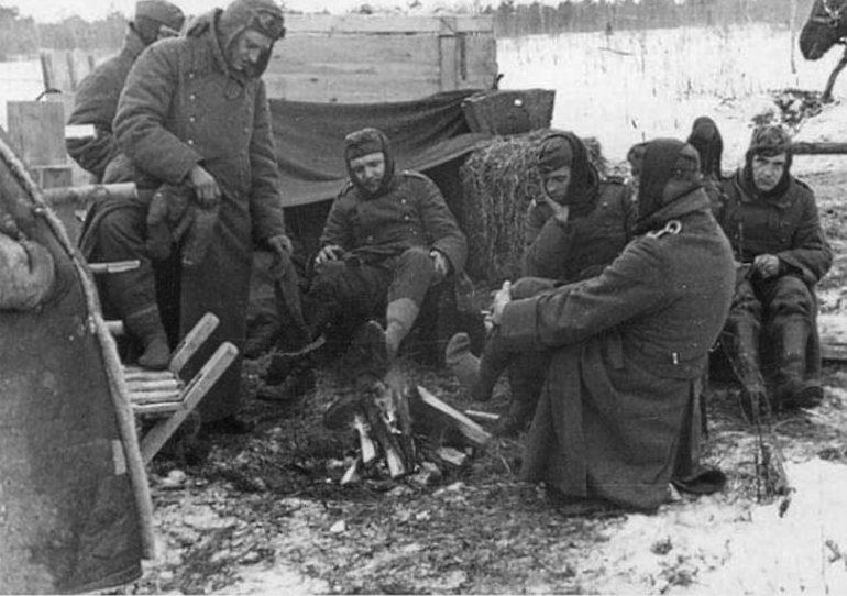 Немецкие военнопленные у костра. 1944 г.