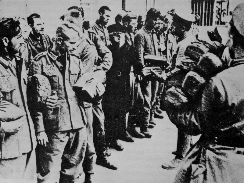 Немецкие военнопленные получают хлеб в лагере под Ростовом-на-Дону.1944 г.