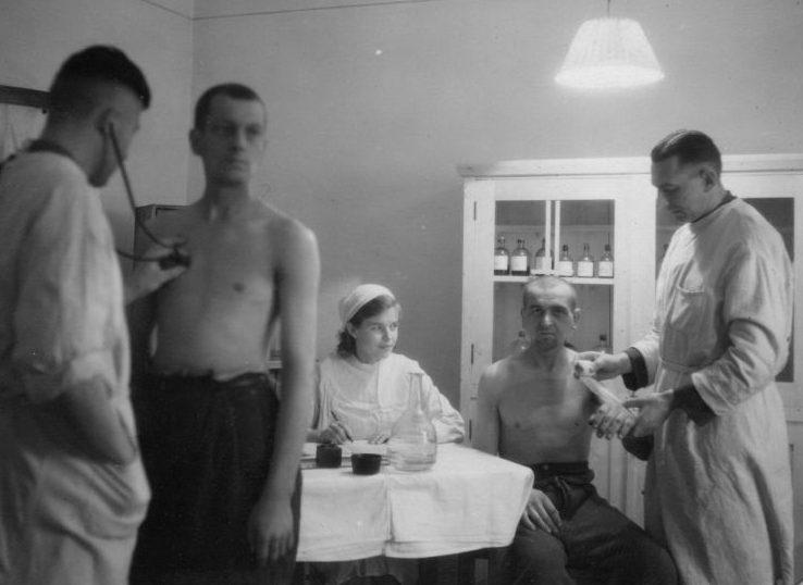 Немецкие военнопленные лагеря №207 Молотовской области на медосмотре. 1944 г.