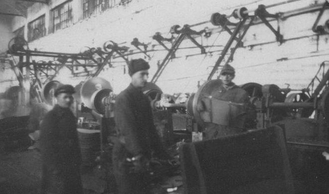Немецкие военнопленные лагеря №207 Молотовской области за работой в цехе завода. 1944 г.