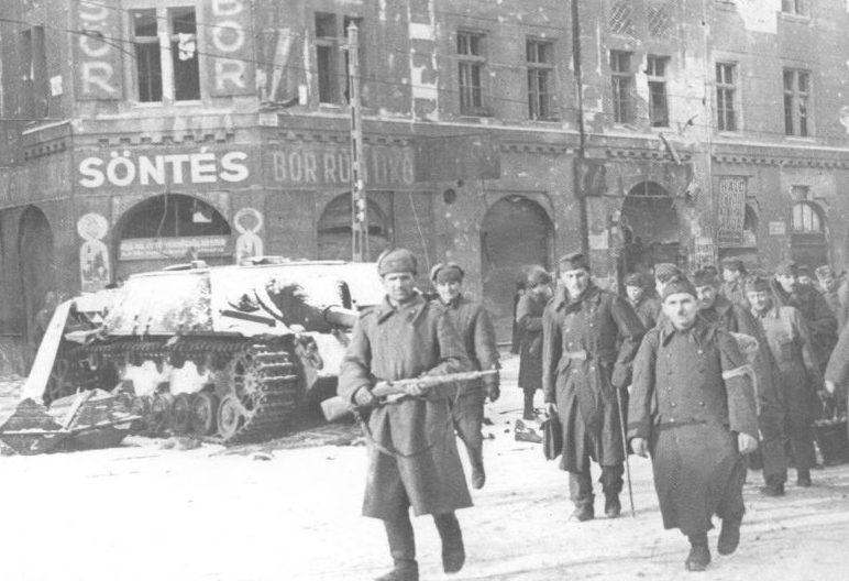 Венгерские военнопленные в Будапеште. 1945 г.