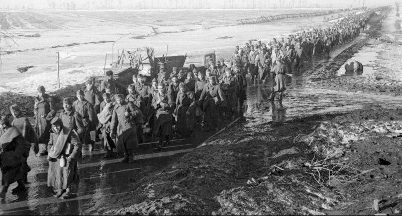 Колонны плененных венгерских солдат. 1945 г.
