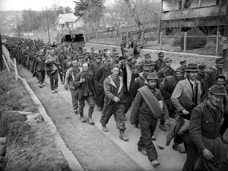 Колонна венгерских солдат в районе озера Балатон. 1945 г.