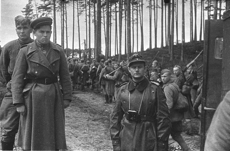 Капитуляция немцев на косе Фриш-Нерунг, Восточная Пруссия. 1945 г.