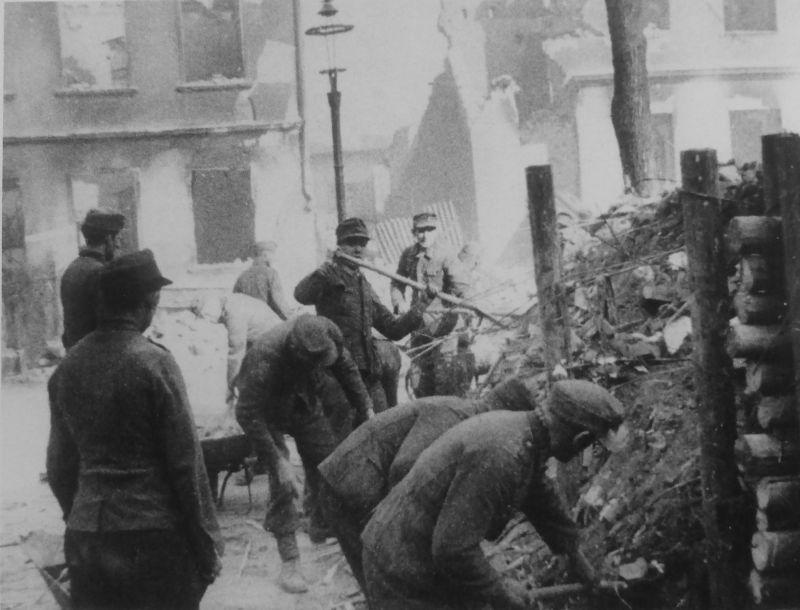 Немецкие военнопленные разбирают баррикаду на улице Кенигсберга. 1945 г.