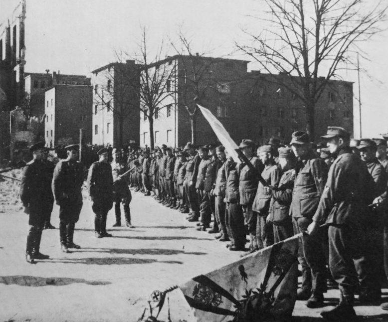Офицеры Красной Армии принимают капитуляцию гарнизона в городе Алленштейн в Восточной Пруссии.1945 г.