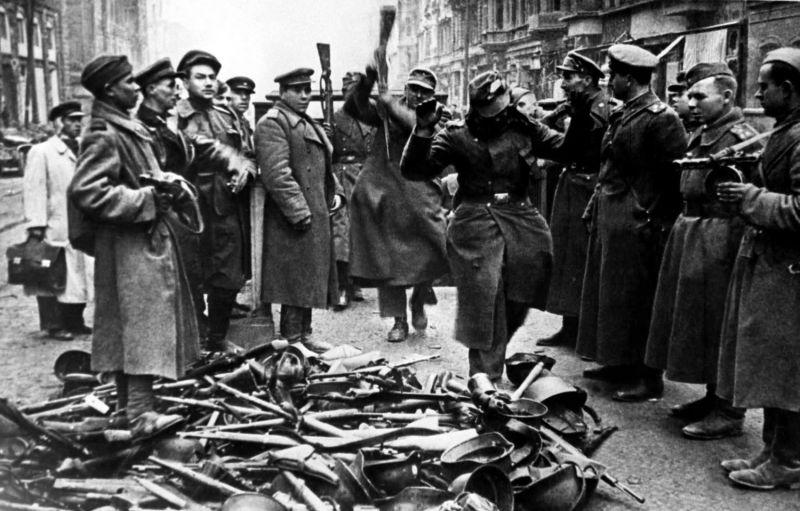 Немецкие солдаты в Берлине сдаются в плен советским войскам. 1945 г.