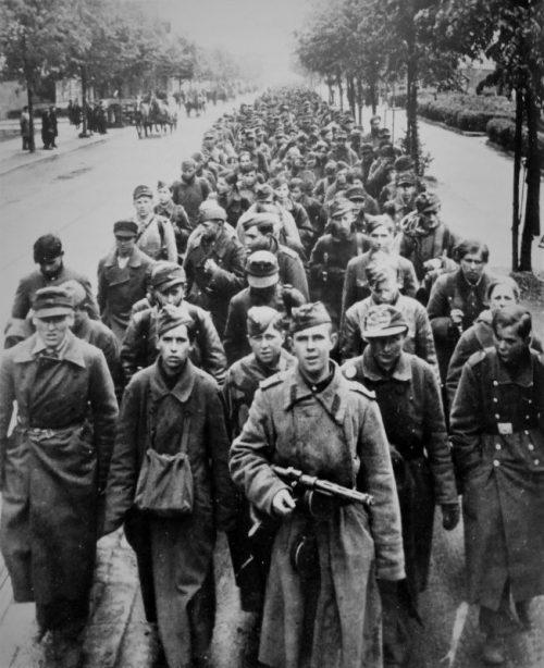 Пленные на улицах Берлина. 1945 г.