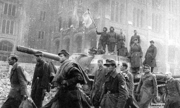 Пленные немецкие солдаты, защищавшие Рейхстаг на улице города. 1945 г.