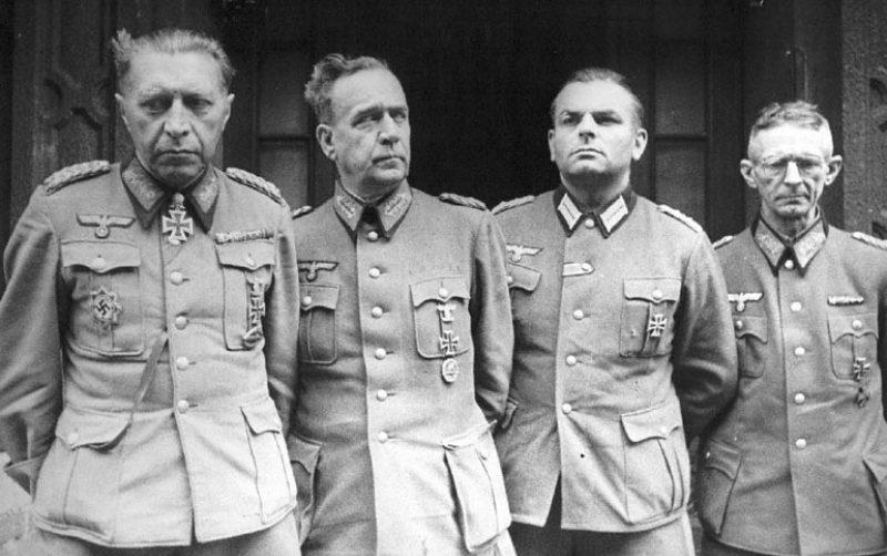 Сдавшийся в плен 2 мая советским войскам вместе с офицерами своего штаба командир 56-го такового корпуса генерал Гельмут Вейдлинг (слева), назначенный лично Гитлером командующий обороной Берлина. 1945 г.