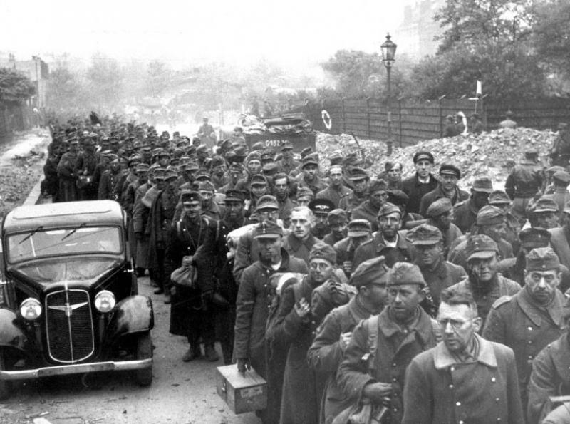 Колонны пленённых немцев идут по улицам Берлина. 1945 г.