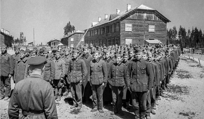 Солдаты Вермахта и румынской армии в советском лагере для военнопленных. 1945 г.
