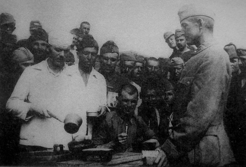 Выдача питания венгерским военнопленным в шестом отделении лагеря №84 в Асбесте. 1945 г.