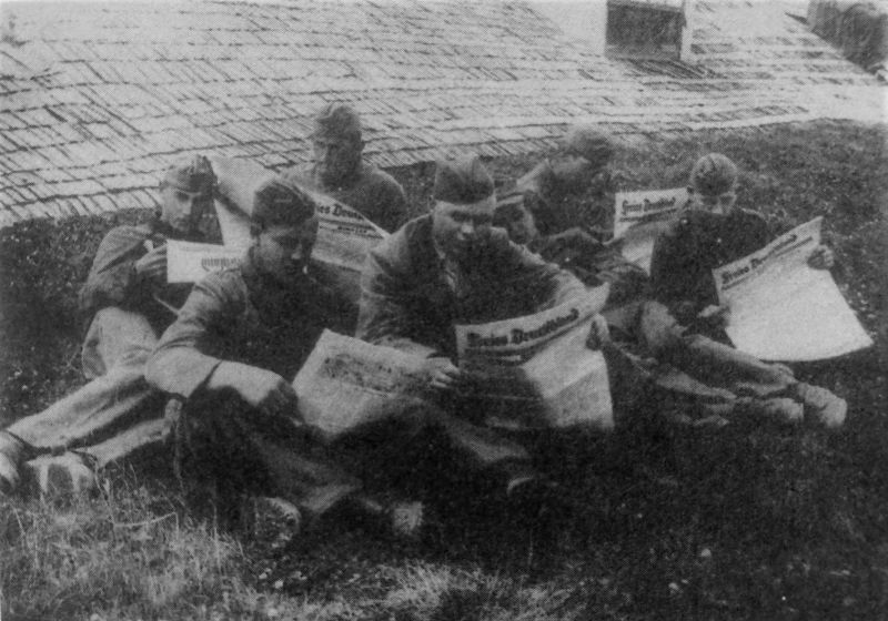 Немецкие военнопленные читают газету «Свободная Германия» в лагере № 84 в Асбесте. 1945 г.