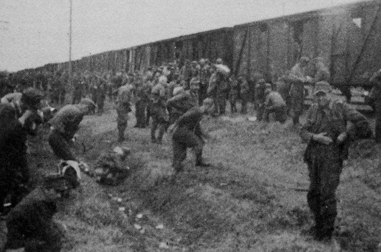 Немецкие военнопленные во время остановки поезда, доставляющего их из Казани в Елабугу.1945 г.