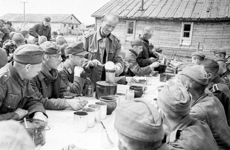 Обед в советском лагере для военнопленных. 1945 г.