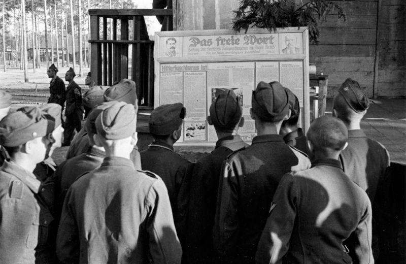 Военнопленные читают газету «Свободное слово» в советском лагере №165, в районе города Вязники. 1945 г.