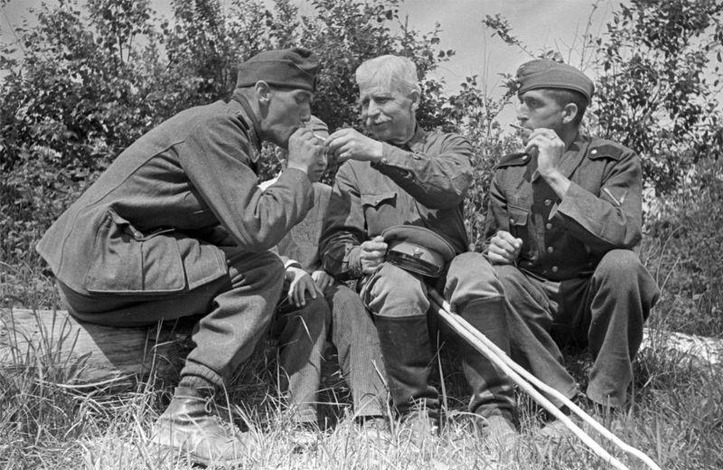 Сотрудник персонала советского лагеря для военнопленных с солдатами Вермахта. 1945 г.