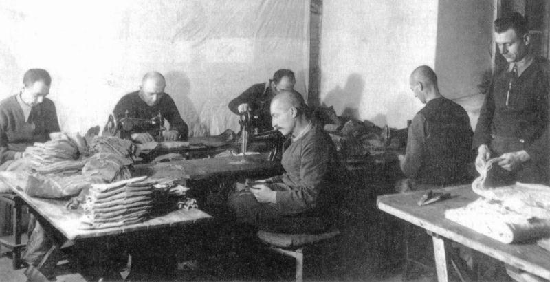 Немецкие пленные за работой на швейном производстве лагеря военнопленных №466 в Московской области. 1945 г.