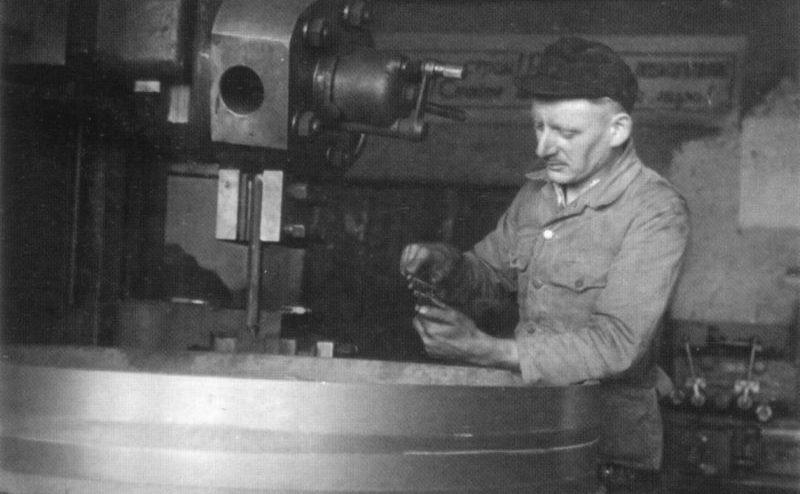 Немецкий пленный Альфонс Бертель у станка в лагере военнопленных №347 в Лениногорске. 1945 г.