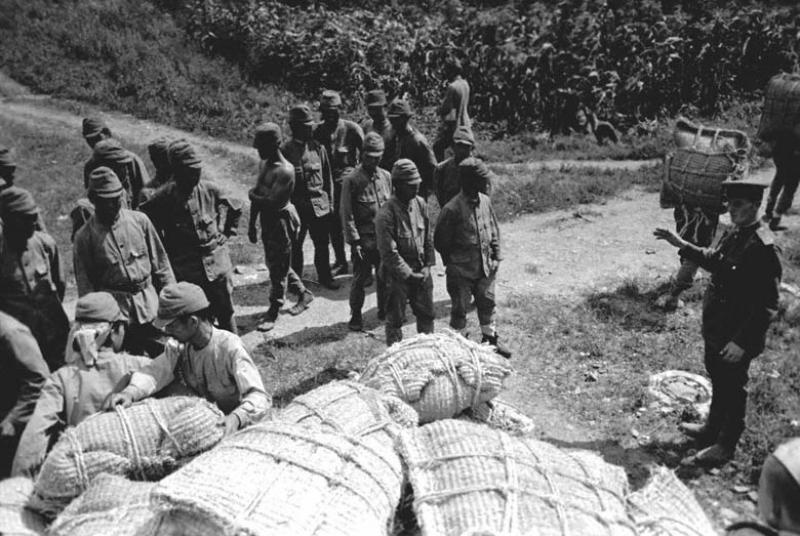 Раздача риса японским военнопленным. 1945 г.