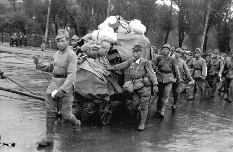 Пленные японские солдаты на пути в Чань-Чунь. 1945 г.