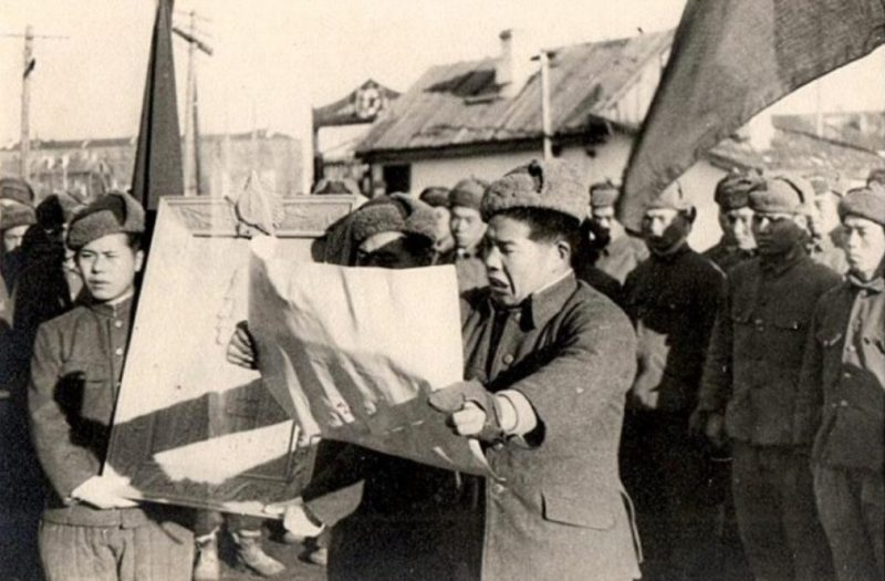 Чтение благодарственного письма Сталину на митинге японских военнопленных. Дальний Восток. 1946 г.