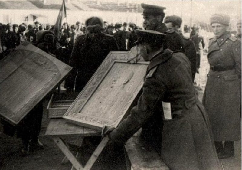 Передача портрета Сталина советскому командованию, выполненного японскими военнопленными. Дальний Восток. 1946 г.