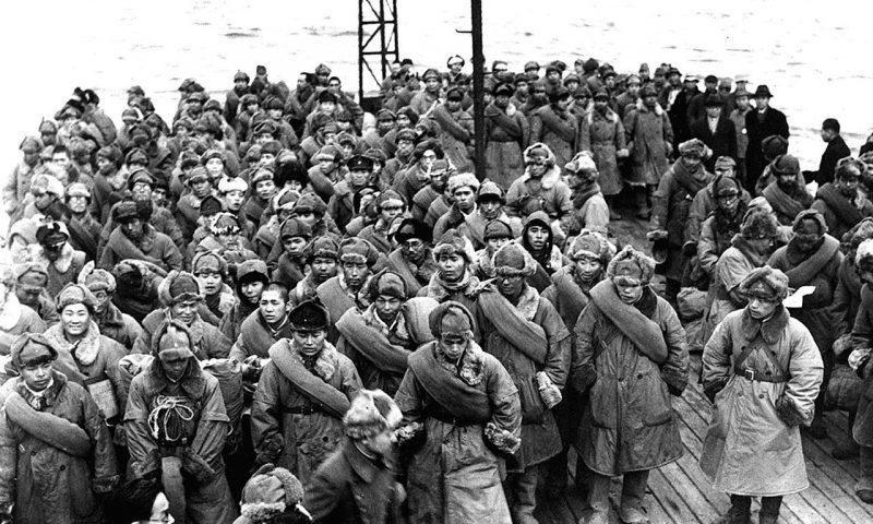 Репатриированные японские солдаты, возвращающиеся из Сибири, ждут, чтобы сойти с корабля на берег. Япония, 1946 г.