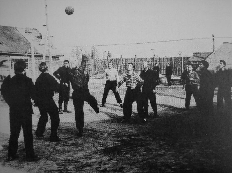 Немецкие военнопленные играют в волейбол в лагере. 1946 г.