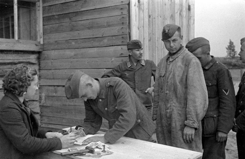 Выдача заработной платы в советском лагере для военнопленных. 1946 г.