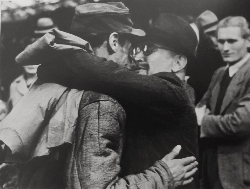 Житель Кельна встречает на вокзале сына, вернувшегося из советского плена. 1946 г.